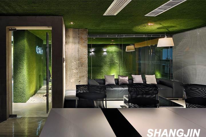 建筑的外观主题色定位为绿色,使养老院和周围风景融为一体的同时也